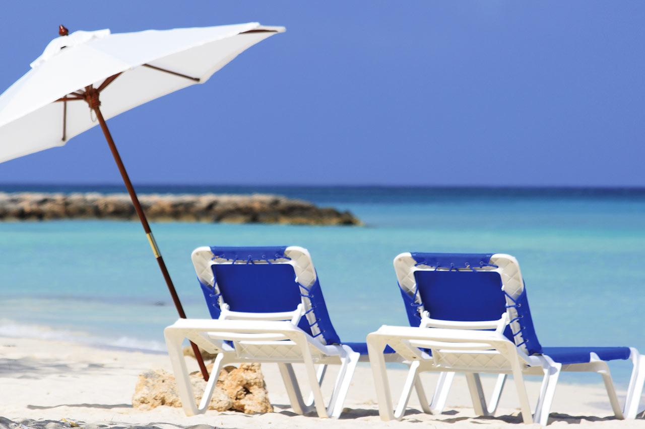 Hotellets gäster har tillgång till gratis solstolar och parasoll på en del av Palm Beach