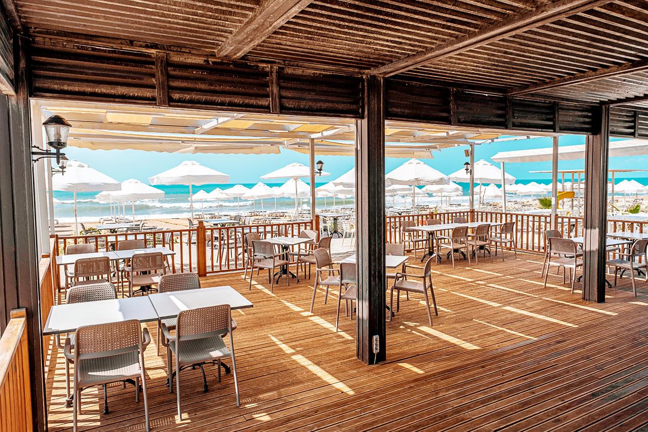 På Sides östra strand ligger Sunwing Side Beachs egen Beach Club.