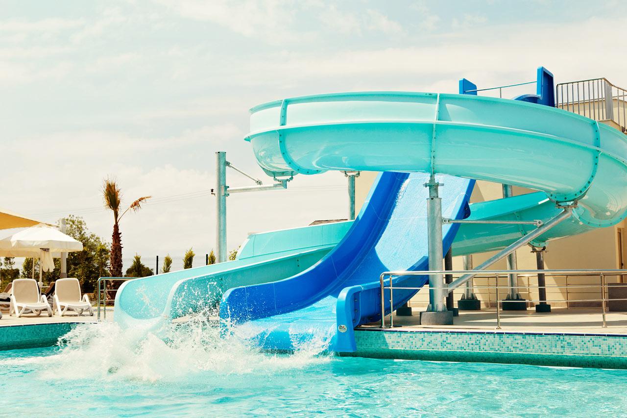 Vattenrutschbanorna är alla barns favorittillhåll under semestern.
