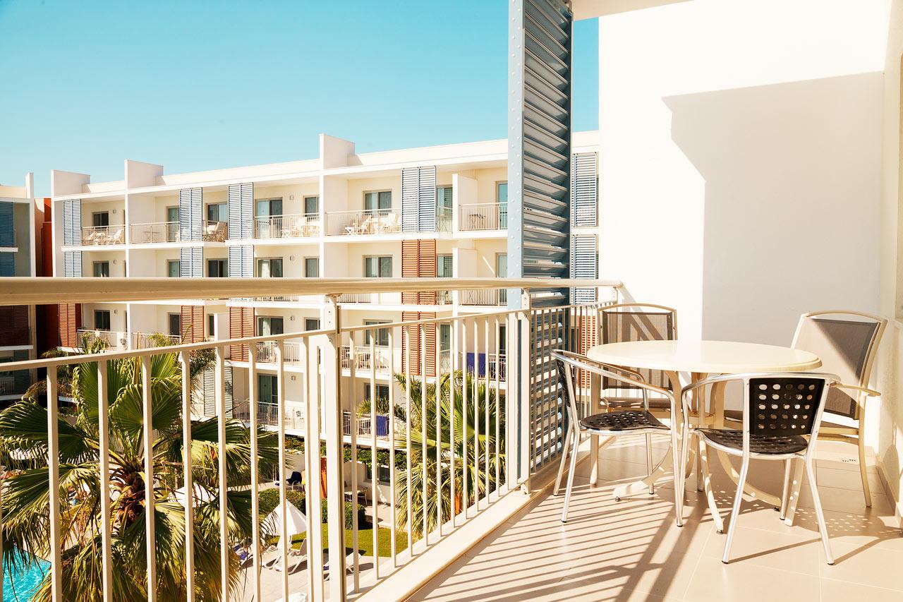 Trerumslägenhet Family, balkong mot poolområdet.