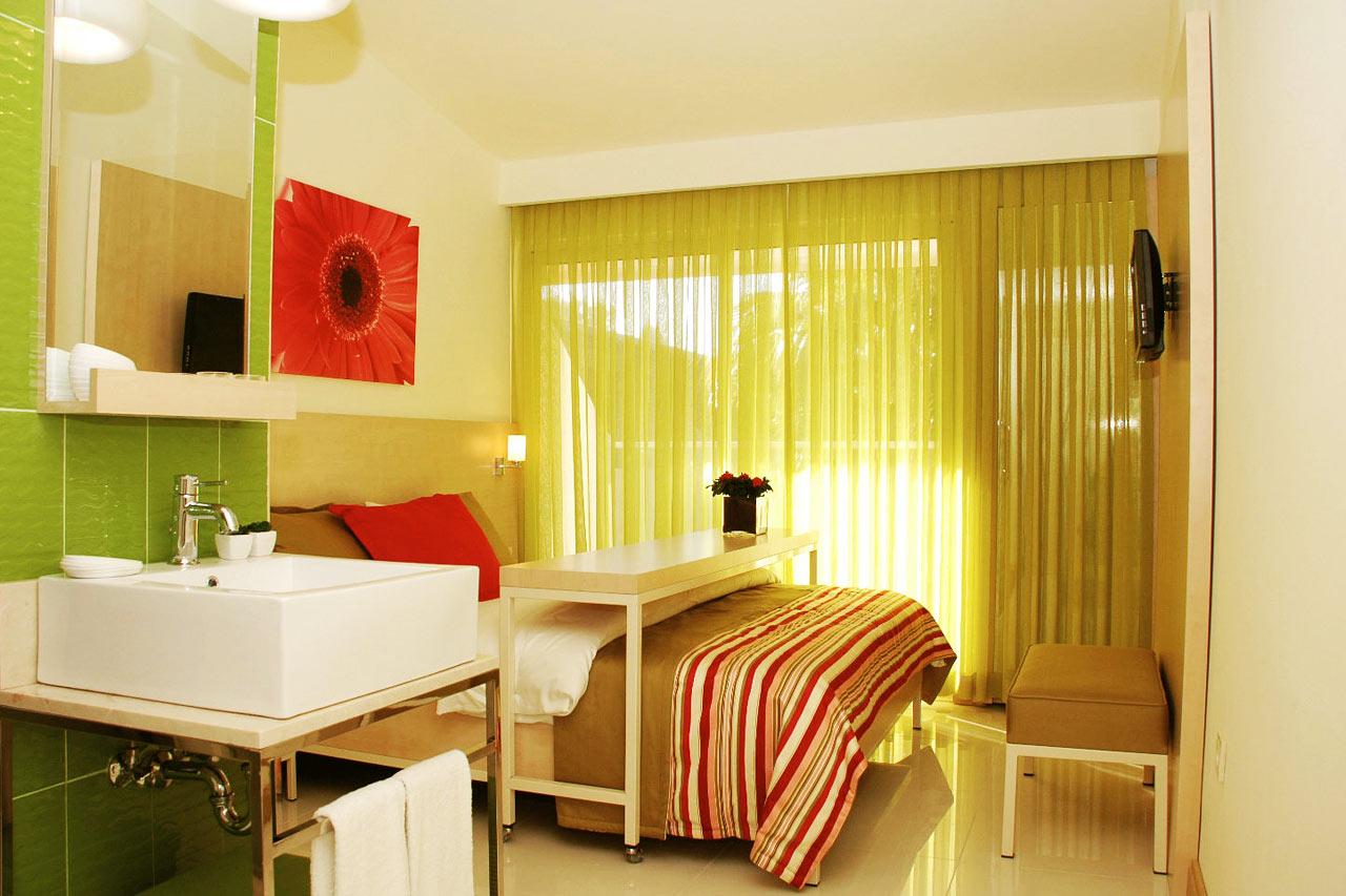 Små, ljusa, luftiga och modernt inredda rum med balkong eller terrass.