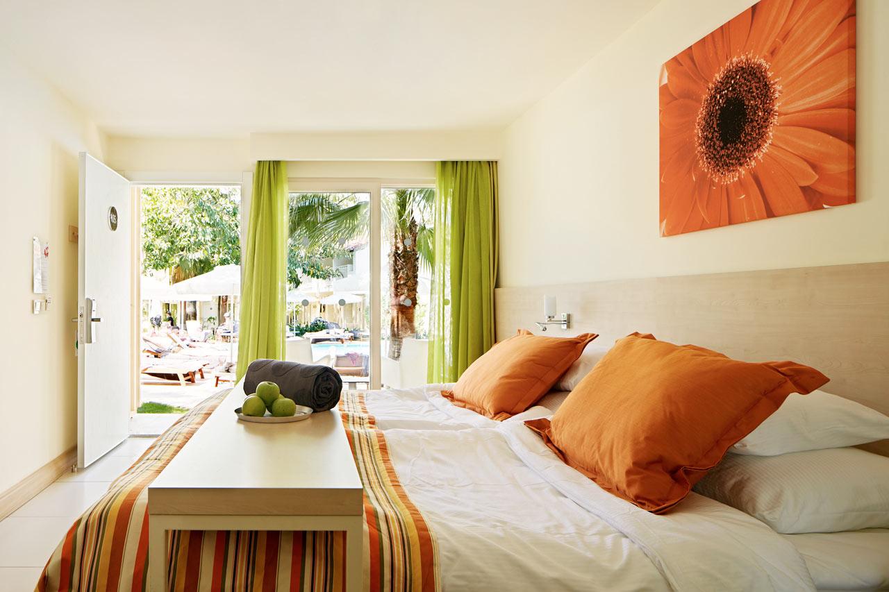 Classic Room med terrass mot poolen