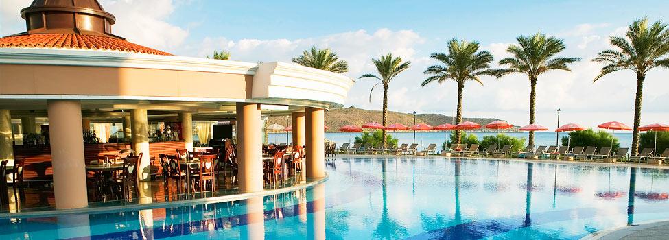 Smakfullt designad pool med utsikt över havet.