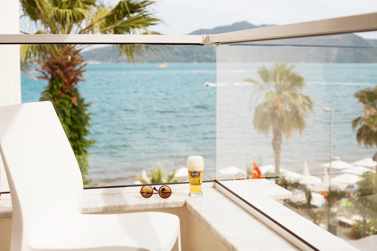 Sunprime Beachfront - Njut från den här balkongen när du bokat Prime Room med begränsad havsutsikt