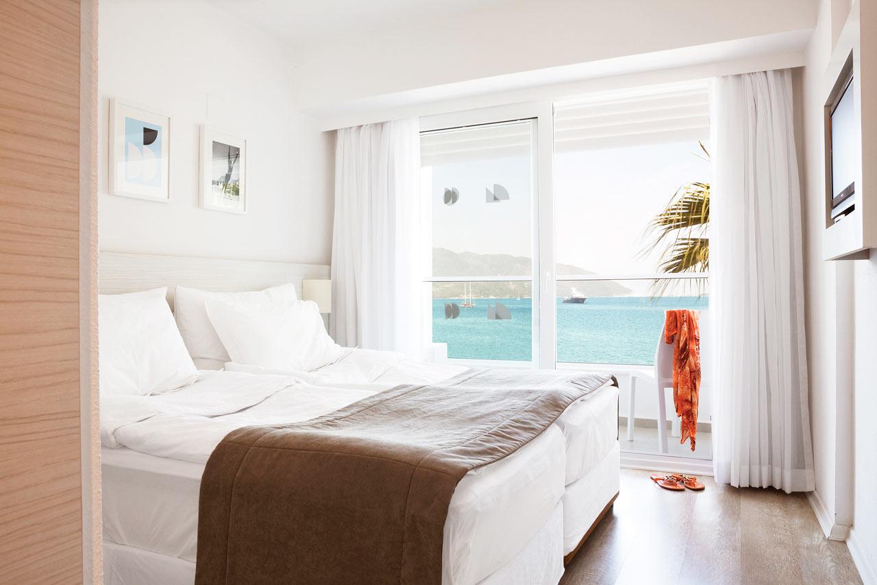 Sunprime Beachfront - Prime Room med liten balkong mot stranden och havsutsikt.