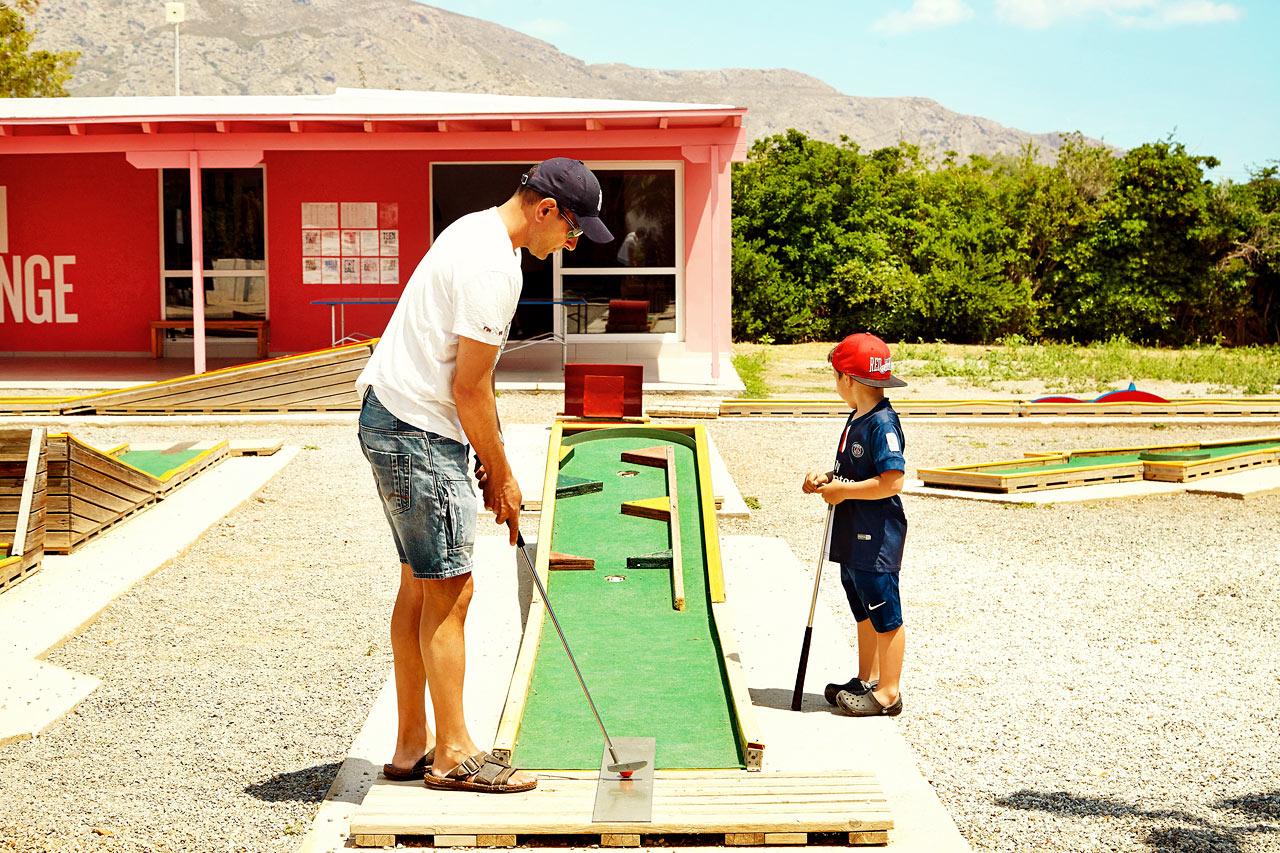 Utmana ditt semestersällskap i en match på minigolfbanan.