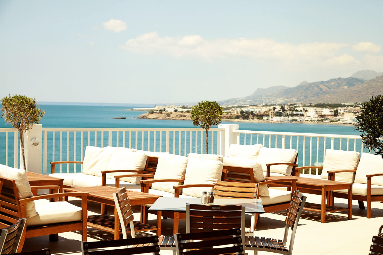 I hotellets bufférestaurang kan du välja att sitta inomhus, eller här, på den härliga uteserveringen.