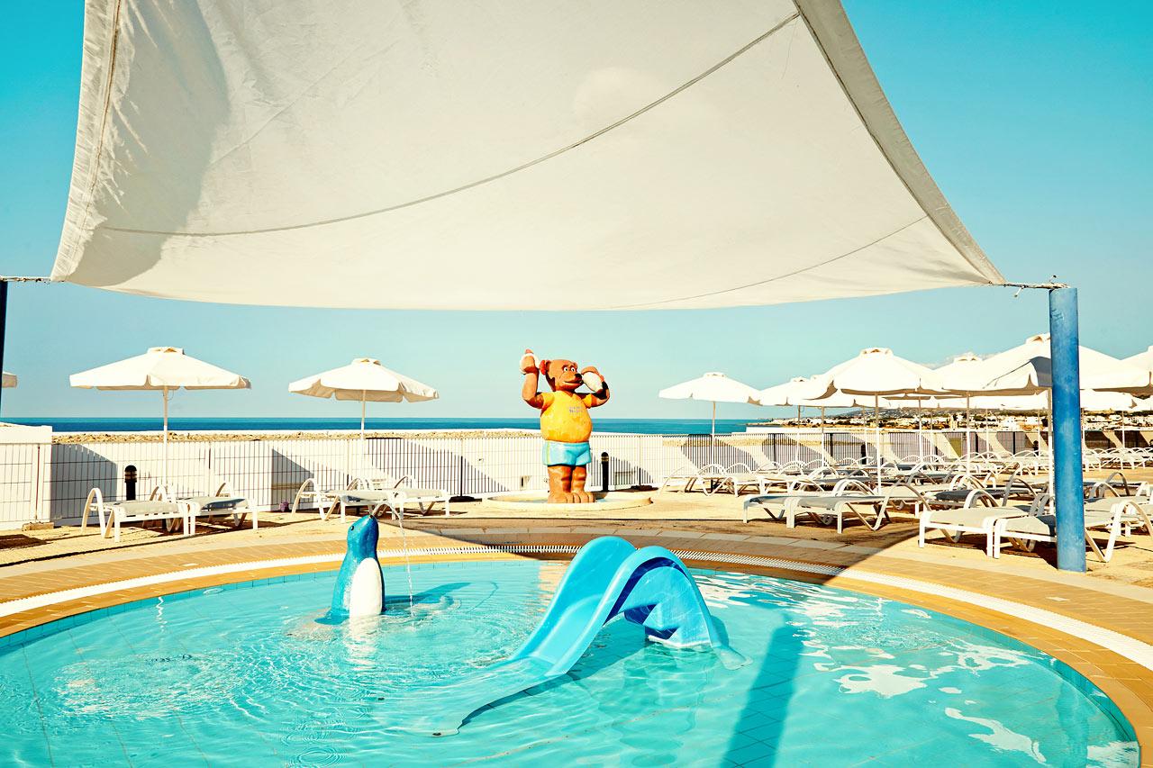 Babypool med solskydd för de minsta gästerna.