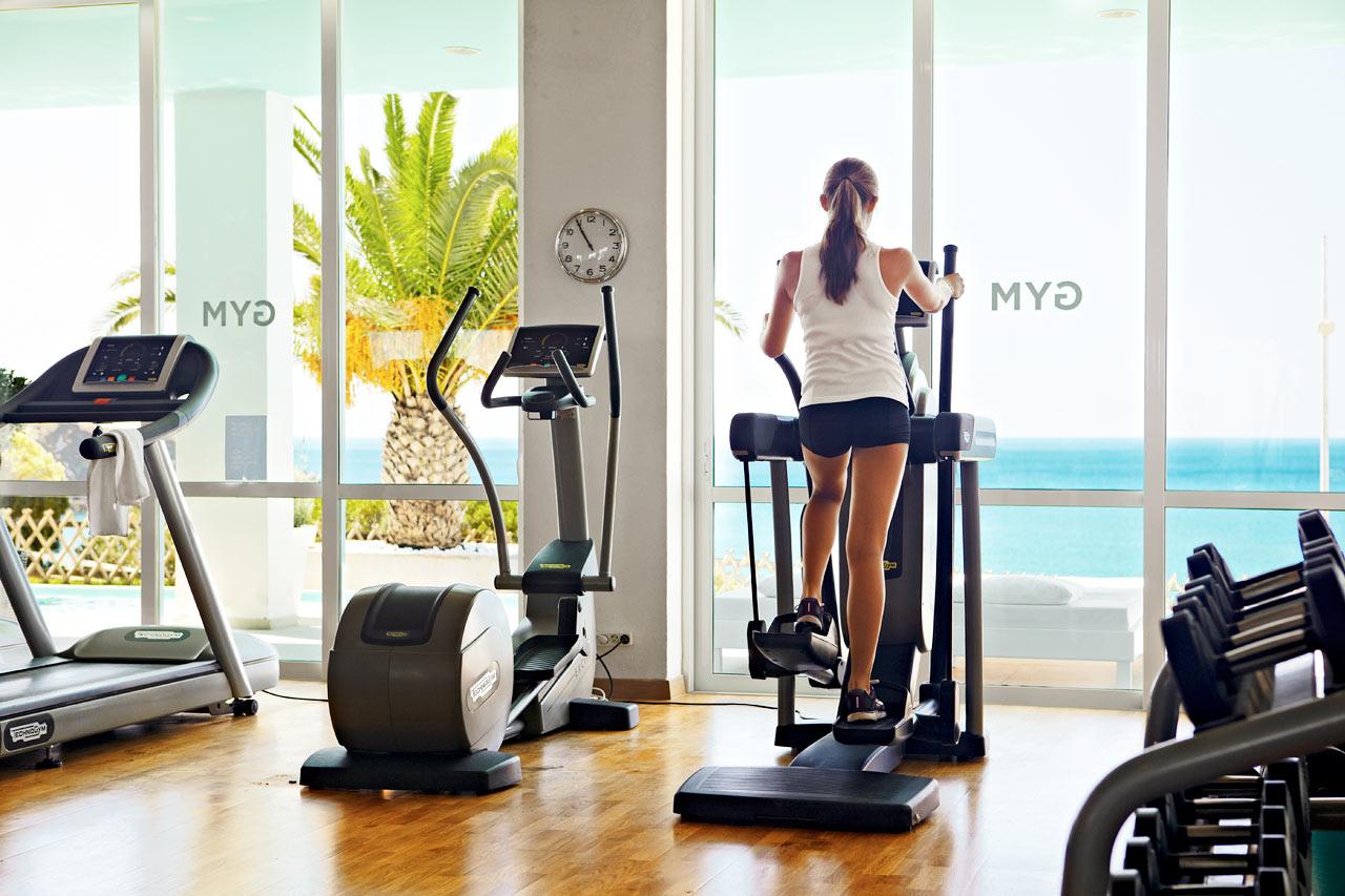 Svettas på gymmet samtidigt som du njuter av havsutsikten.