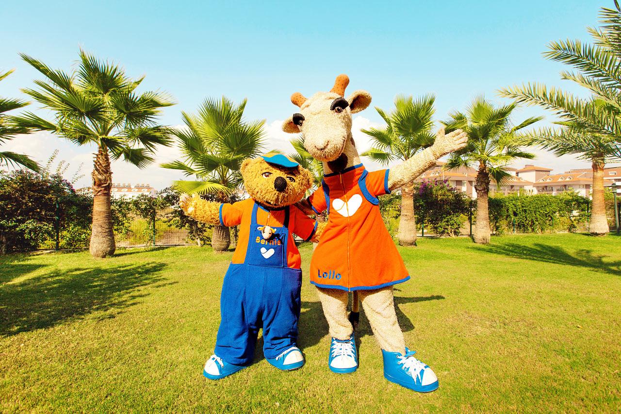 Sunwing Sandy Bay Beach - Vings maskotar Lollo & Bernie är alla barns bästa kompisar under semestern.