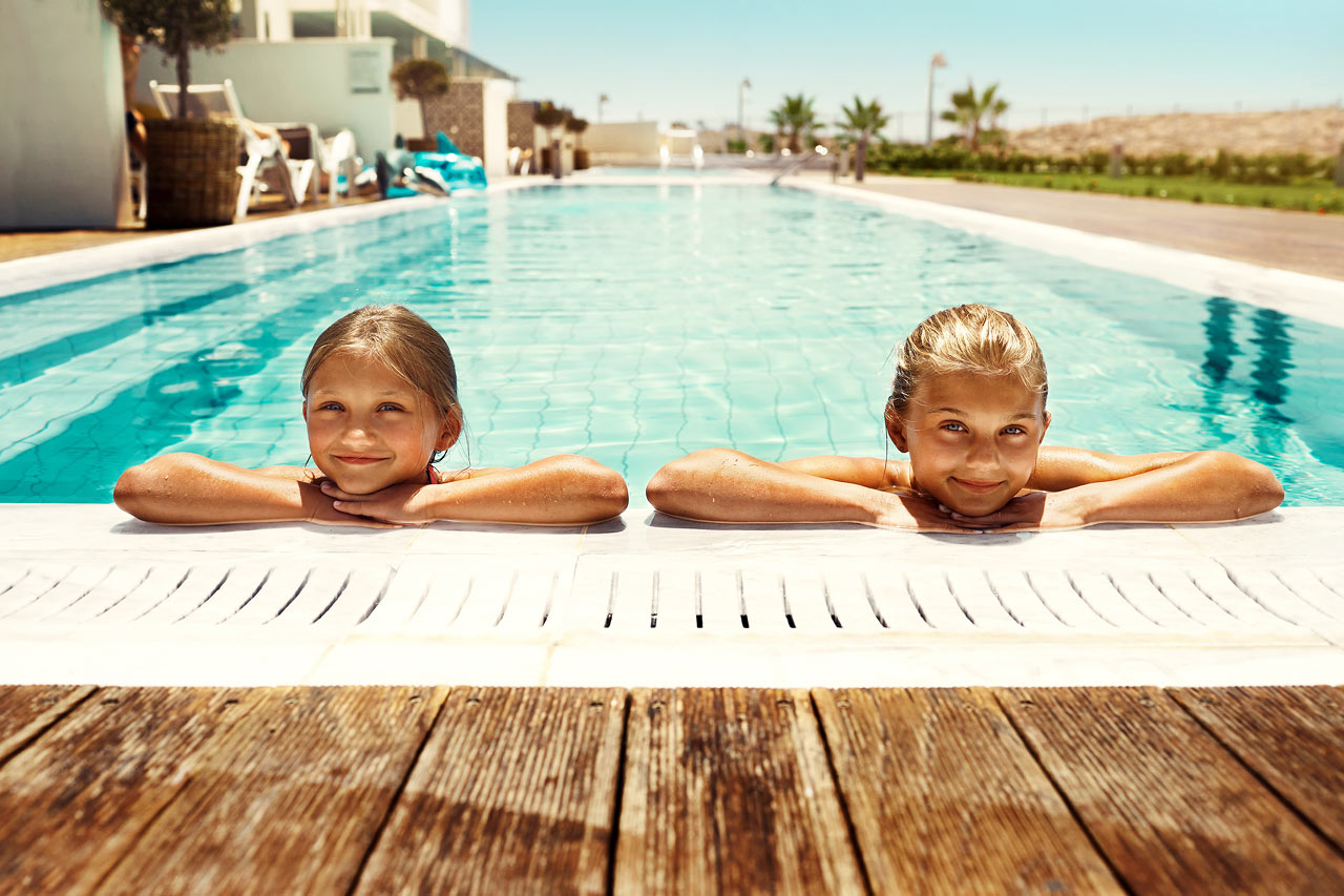Sunwing Sandy Bay Beach - VIll du ha poolen inom bekvämt räckhåll? Boka en lyxig Royal Family Suite med access till privat, delad pool.