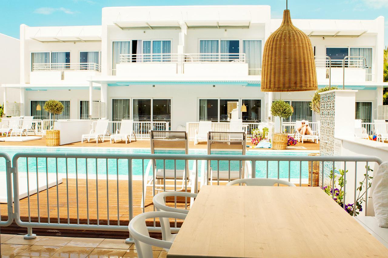 Royal Family Suite med stor terrass och access till privat, delad pool.