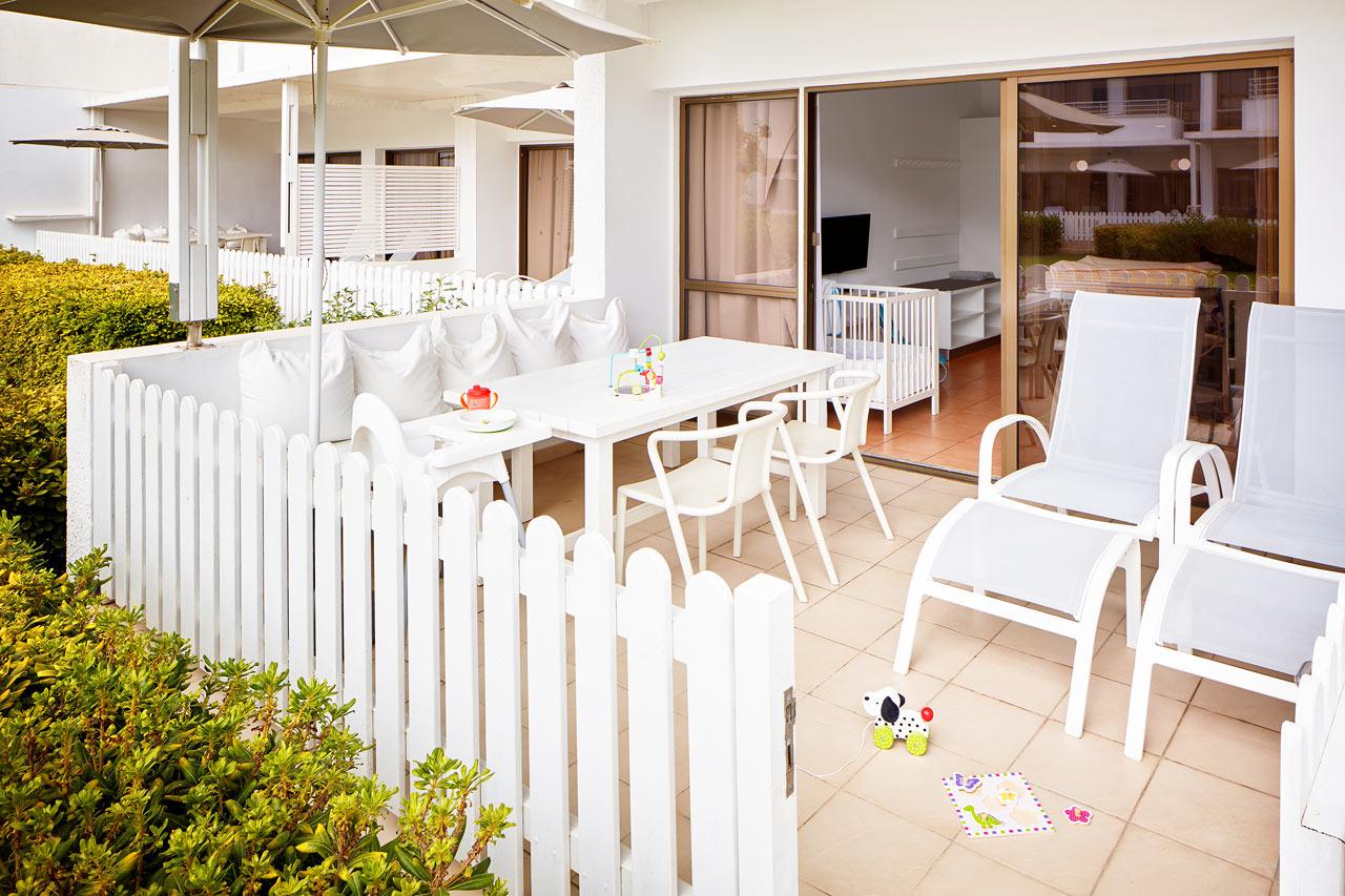 1-rumslägenhet Happy Baby, terrass mot trädgården.