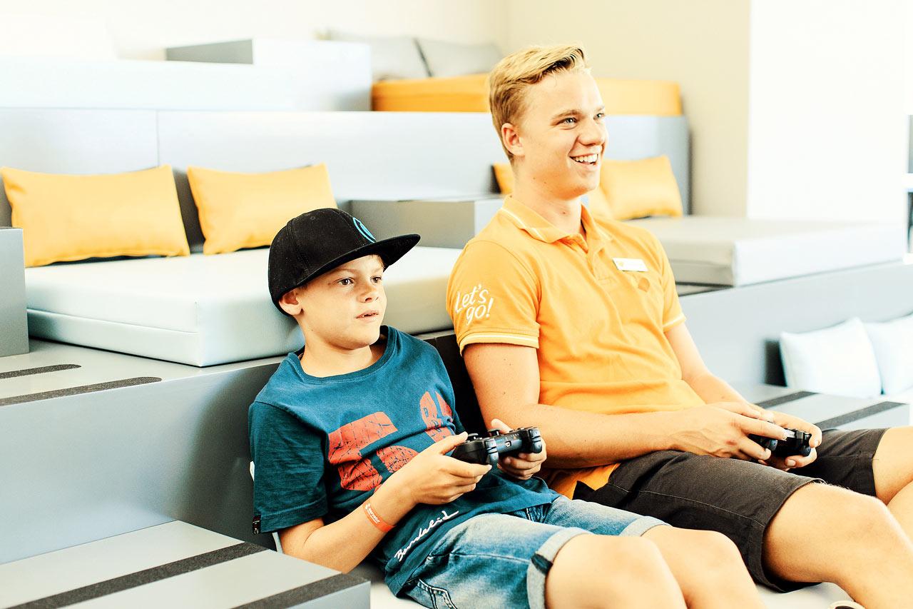 Servatur Puerto Azul - Möt nya kompisar och spela tv-spel i ConnectTeen Lounge