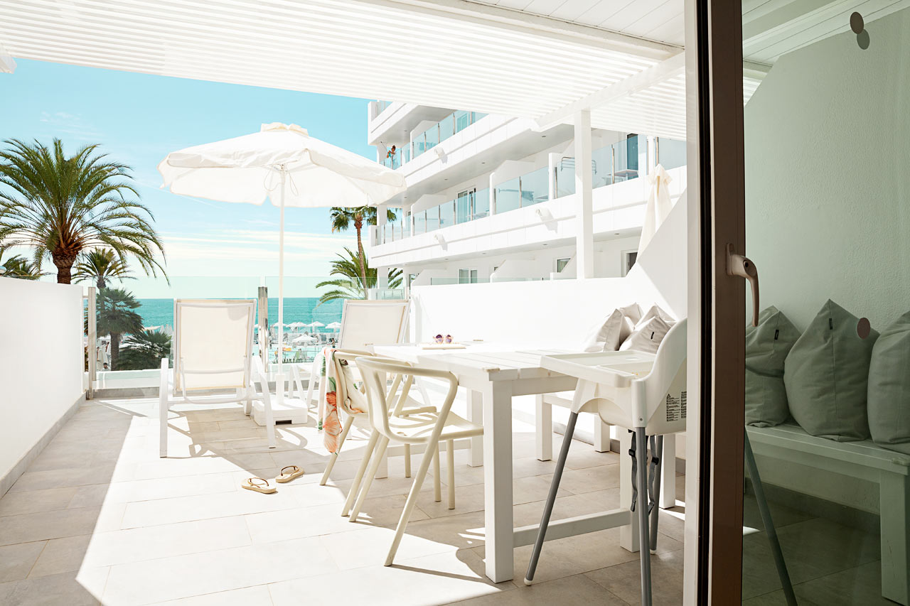 Enrumslägenhet Happy Baby, balkong mot havet, separat sovdel.