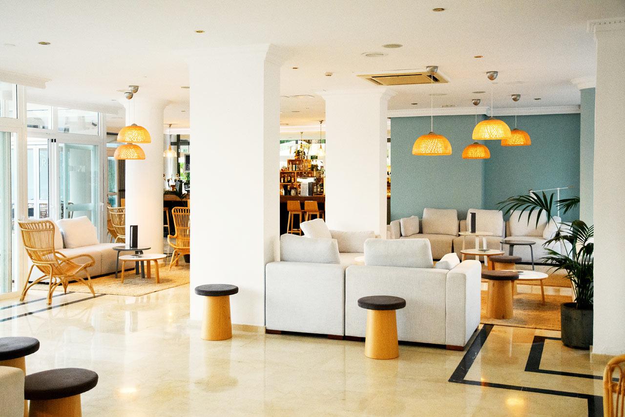 Känn dig hemma i vår välkomnande lounge.